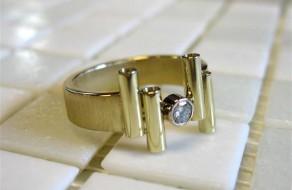 Gouden ring gemaakt op maat met Diamant gezet tussen buis (Small)