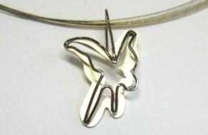 Geelgouden hanger met het thema Vrijheid. Maatwerk geïnspireerd op de zwaluw