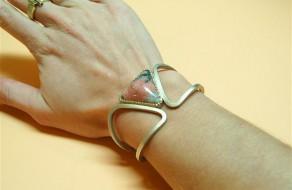 Armband met Wagneriet die een open vorm heeft waardoor je polsbotje deel uit maakt van het ontwerp (Small)
