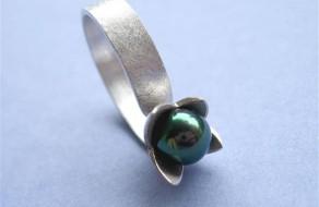 Beukenootje verwerkt in zilveren ring met groene parel (Small)