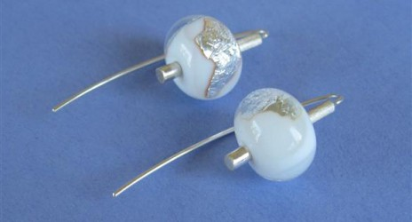 Witte glaskralen met bladzilver verwerkt tot oorhangers