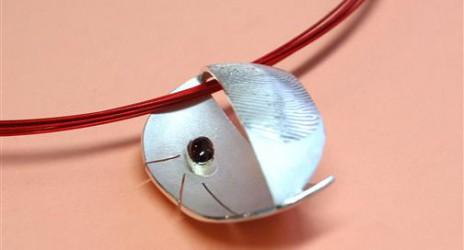 hanger van zilver met de vingerprint van beide ouders op voor- en achterkant